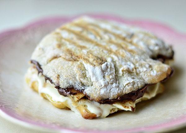 14. На поджаренной чиабатте сыр маскарпоне, банан и нутелла