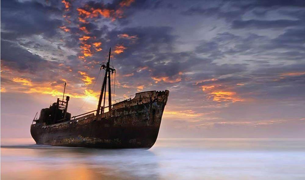 Корабль этот, видимо, мечтал оморе еще долго после того, как его покинул последний матрос. Онскуча