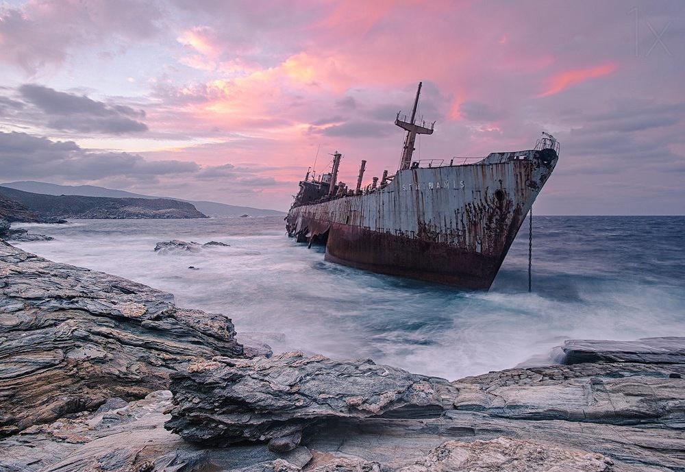 Пассажирское судно, которое теперь выглядит как пугающий корабль-призрак, село намель в1954году.