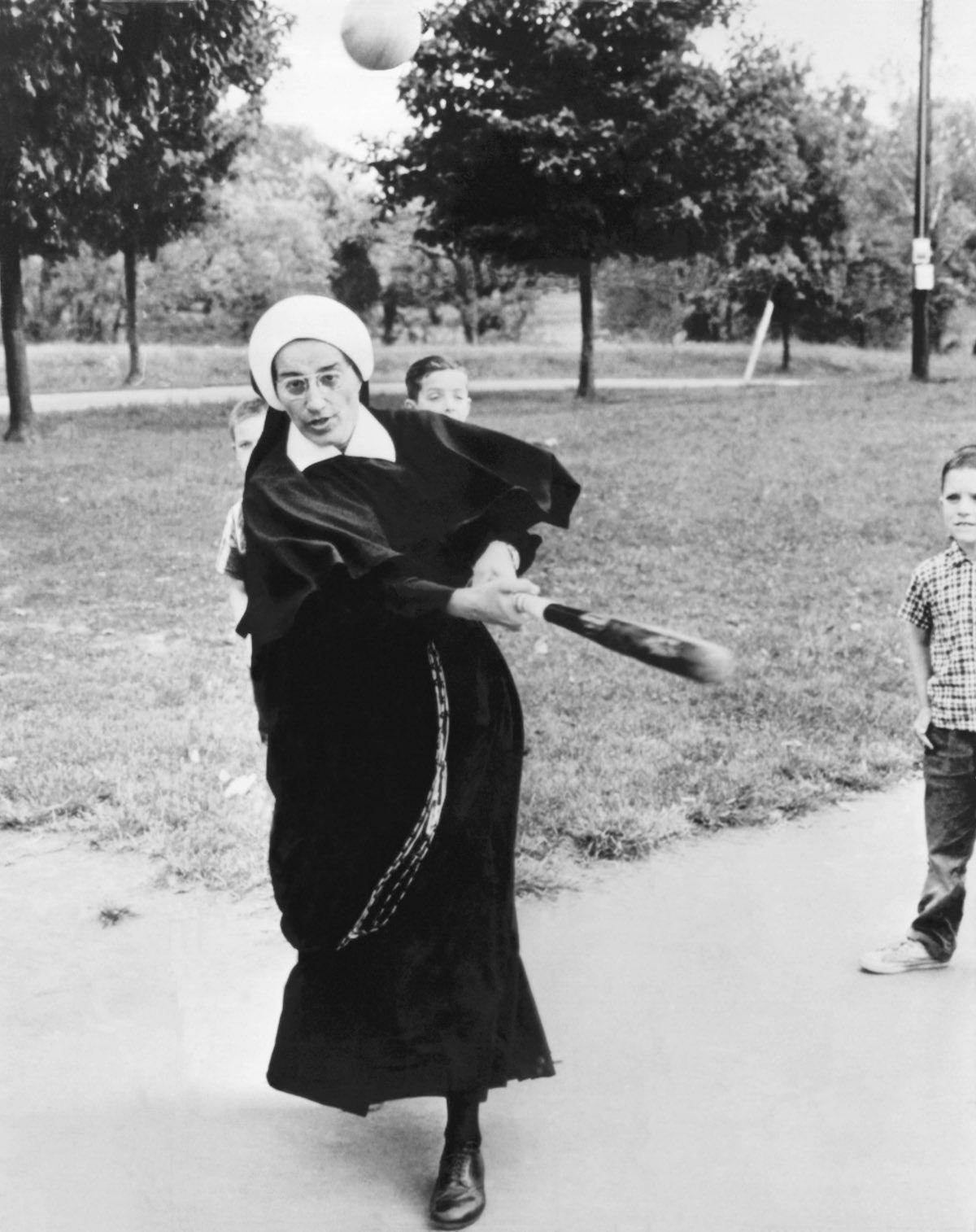 1965 год. Сестра, которая присматривала за мальчиками в приюте St. Thomas, также обучила их парочке