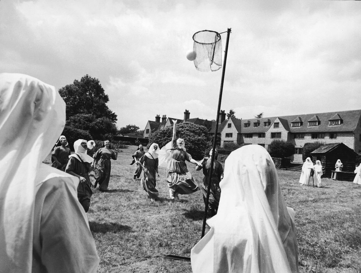 1965 год. Монахини играют в баскетбол на территории монастыря Ladywell. Годалминг, Англия.