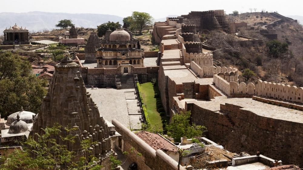 Форт Кумбалгарх окружен уникальной стеной, которая вдревности именовалась «стражем смерти». Еепрот