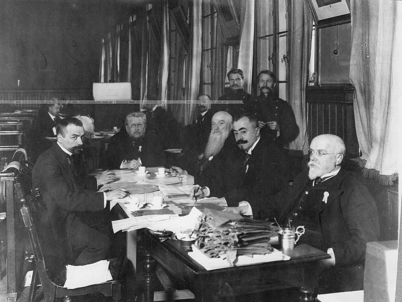 Подсчет голосов по Литейному городскому избирательному участку по второму разряду городских избирателей в день выборов в Четвертую Государственную думу. Октябрь 1912