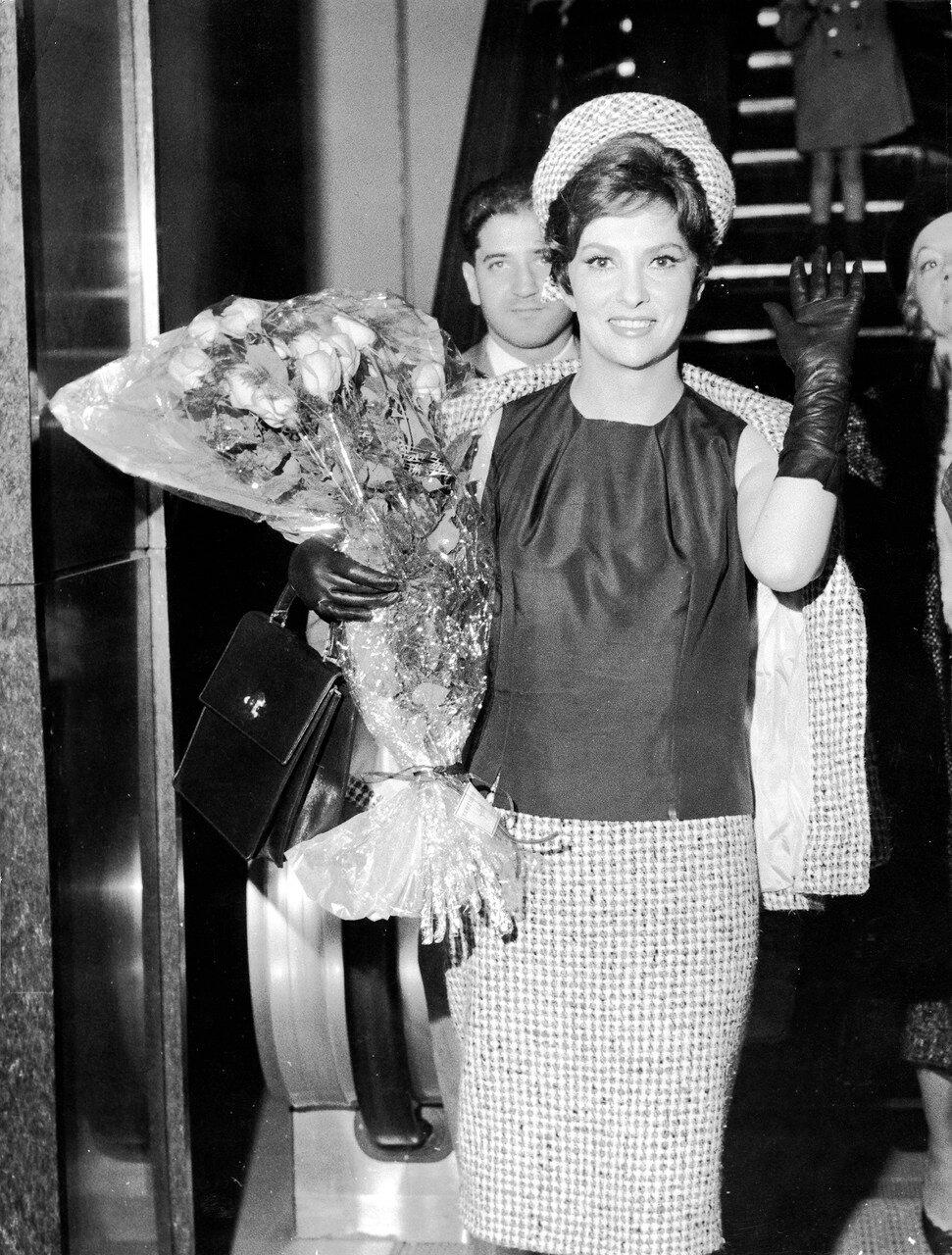 Gina LOLLOBRIGIDA bei ihrer Ankunft in Orly, 1963