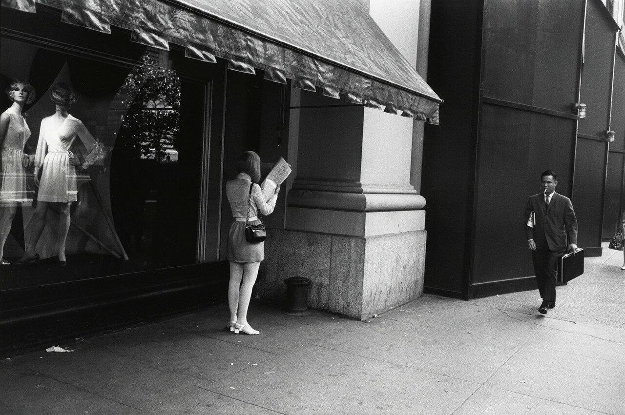 1969. Женщина под тентом