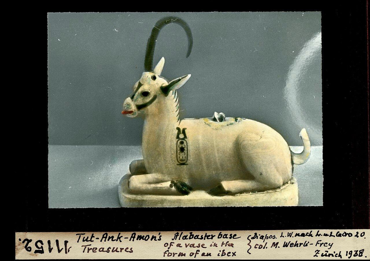 Сделанная из алебастра ваза в виде козла