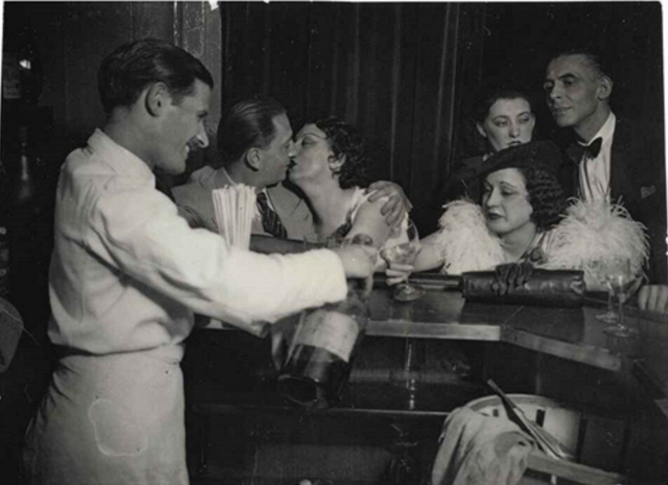 1932. Кики Монпарнас в баре