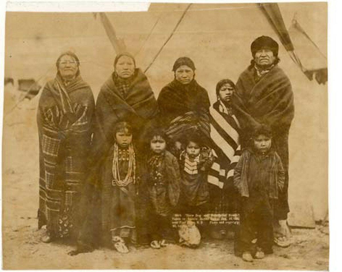 1891. Кроу Дог со своей семьей у себя дома в резервации Пайн-Ридж. 16 января