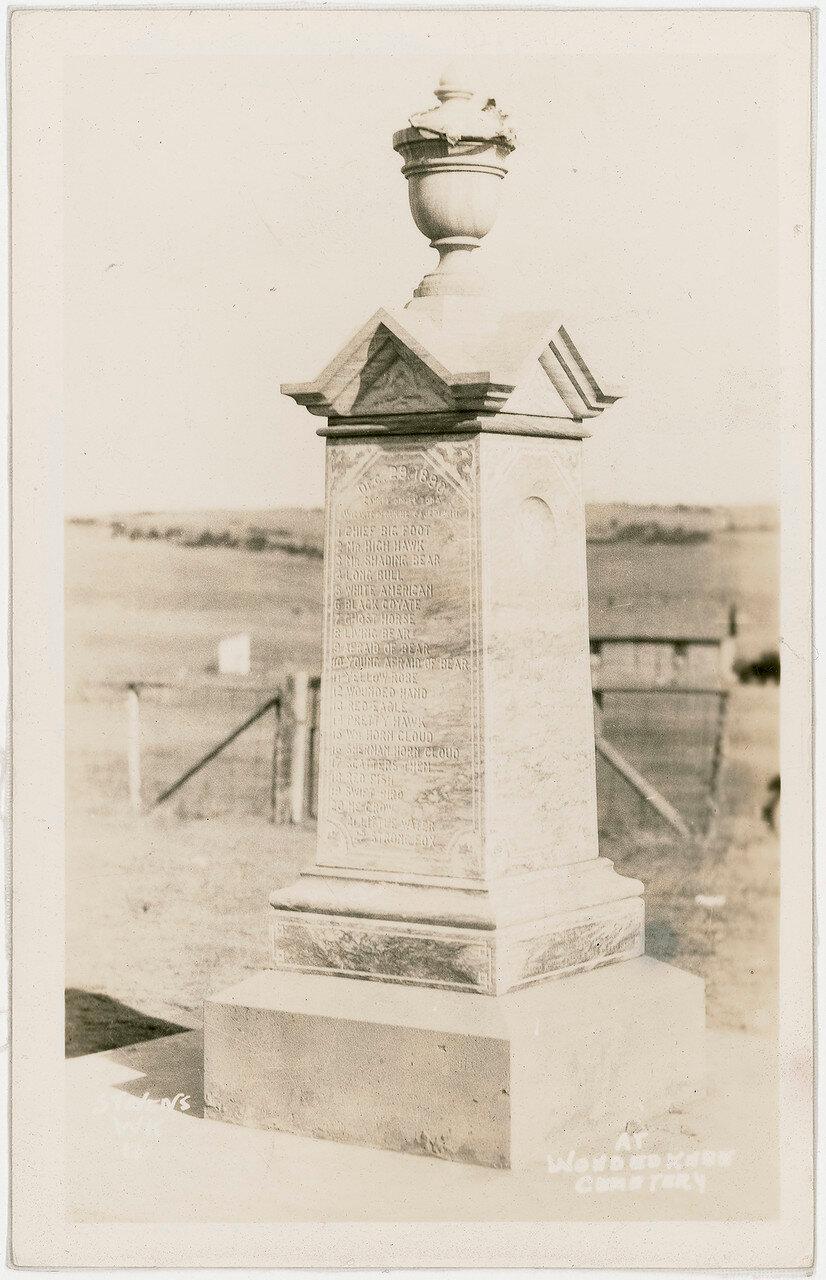 Памятник на кладбище в  Вундед-Ни, сфотографирован к 40-летию произошедших событий. Памятник возведен в 1903 году на месте массового захоронения жертв