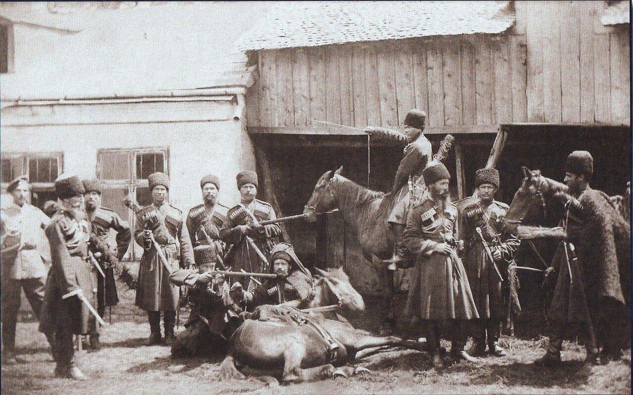 12. Кавказские казаки из императорского конвоя перед резиденцией в селе Пордим, ноябрь 1877