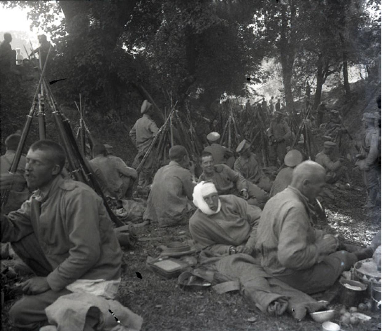 23. 1914. Гроховской полк на привале во время сражения за реку Сан. Галиция