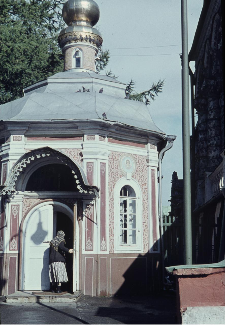 Женщина в дверном проеме церкви Явления Пресвятой Богородицы со святыми апостолами Преподобному Сергию Радонежскому (Михеевская церковь)