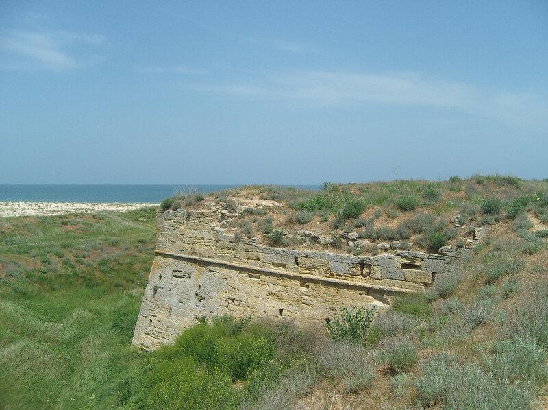 остатки крепости Арабат на фоне Азовского моря