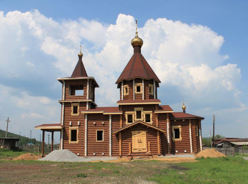 Строящаяся церковь впоселке Маук