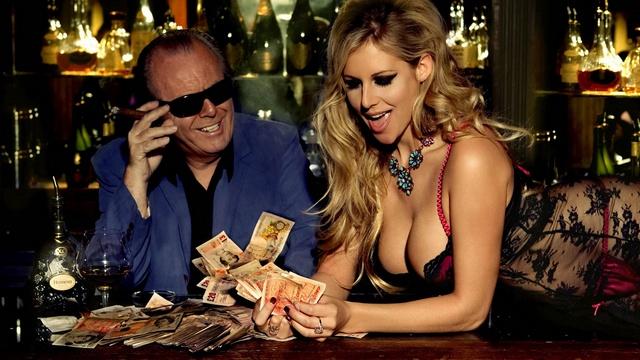 девушка и мужчина считают деньги