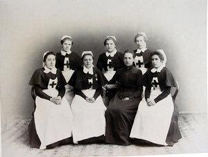 Группа медицинского персонала (слева направо) сестры милосердия Е. А. Уварова, А.М. Кукорекина, старшая сестра П.Т. Ракицкая, сестра милосердия Е.Ф. Нитченко, заведующая складом К.Г. Дзирне