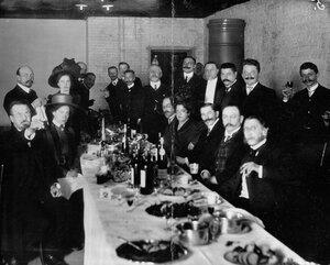 Группа служащих завода за столом.