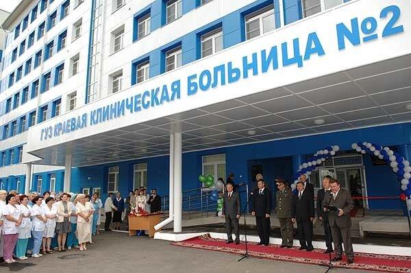 На дальнем плане здание 1-й краевой больницы