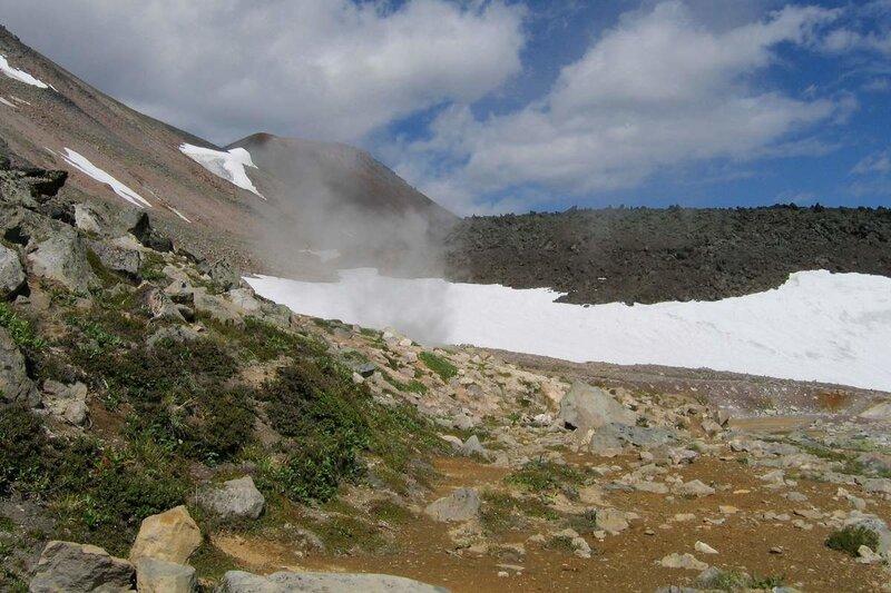 Камчатка, вулкан Дзензур, фумарола