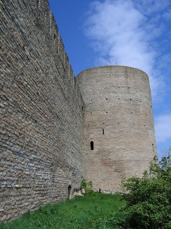 Стена и башня Ивангородской крепости