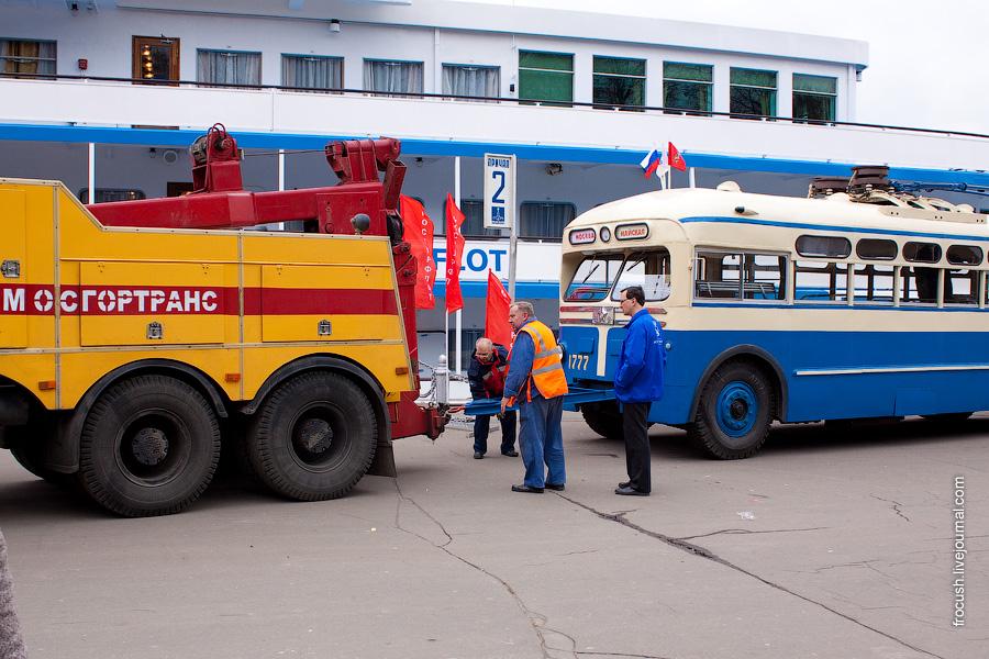 Троллейбус МТБ-82 готовится покинуть причал Северного речного вокзала