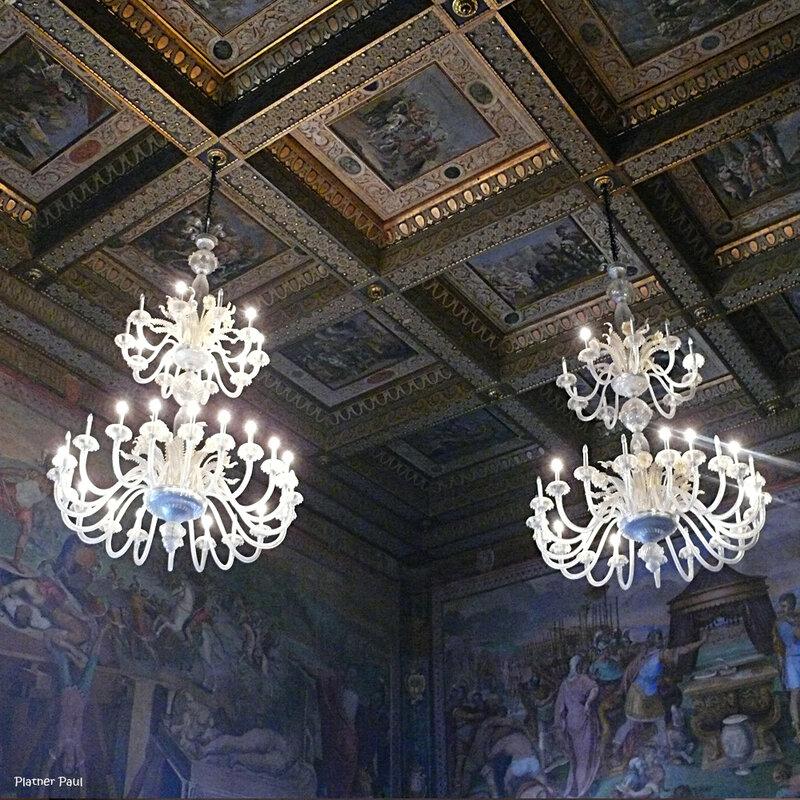 Великолепные венецианские люстры в одном из залов Капитолийского музея и не менее красивый кессонй потолок.