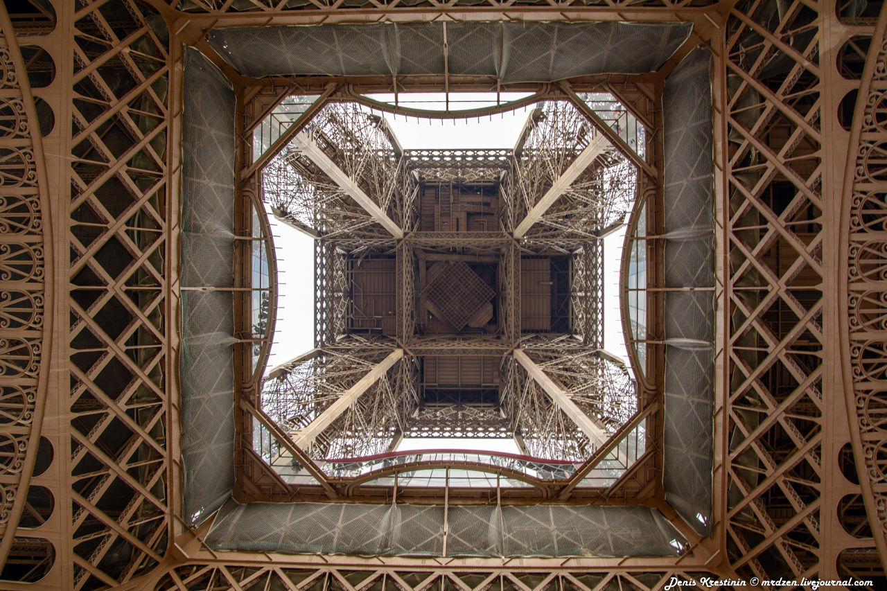 Эйфелева башня - вид из под юбки