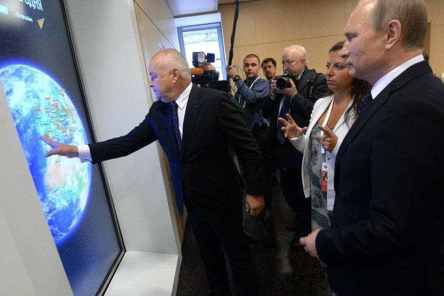 Путин в МИА Россия сегодня с Киселевым и Симоньян.jpg