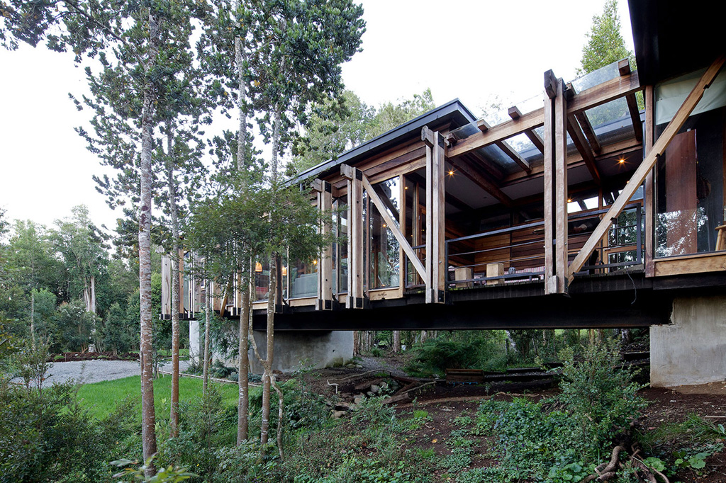 chilean-house-elevated-above-a-stream-7.jpg
