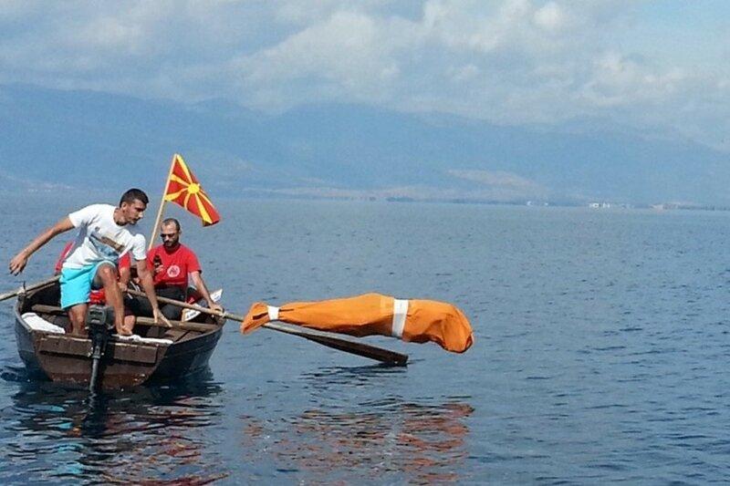 Болгарин на свой юбилей переплыл озеро в мешке