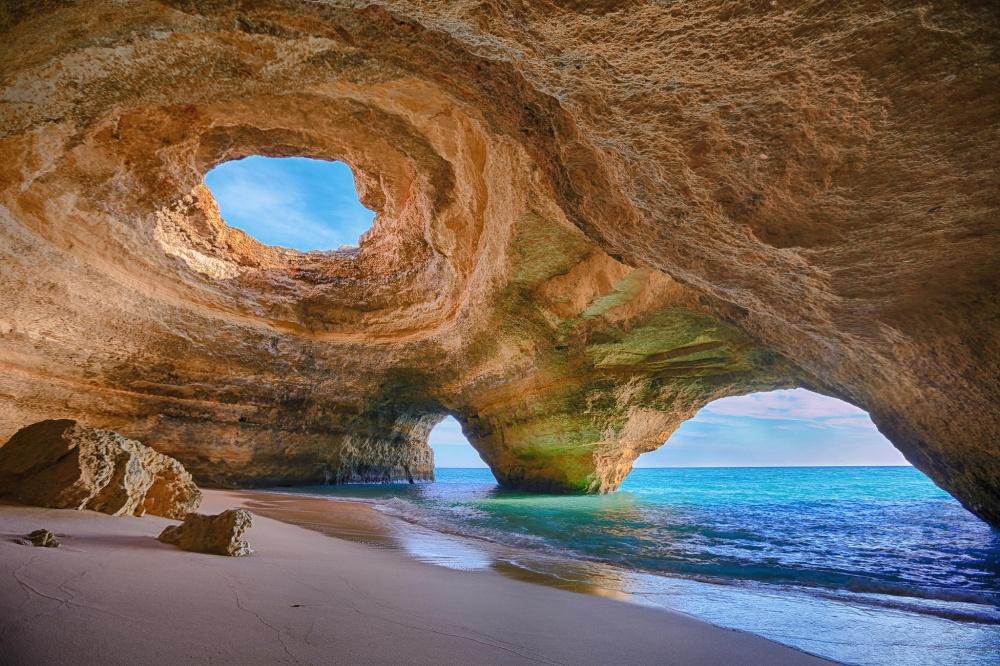 Живописная пещера рядом спляжем— достопримечательность мирового уровня. Попасть внее можно только