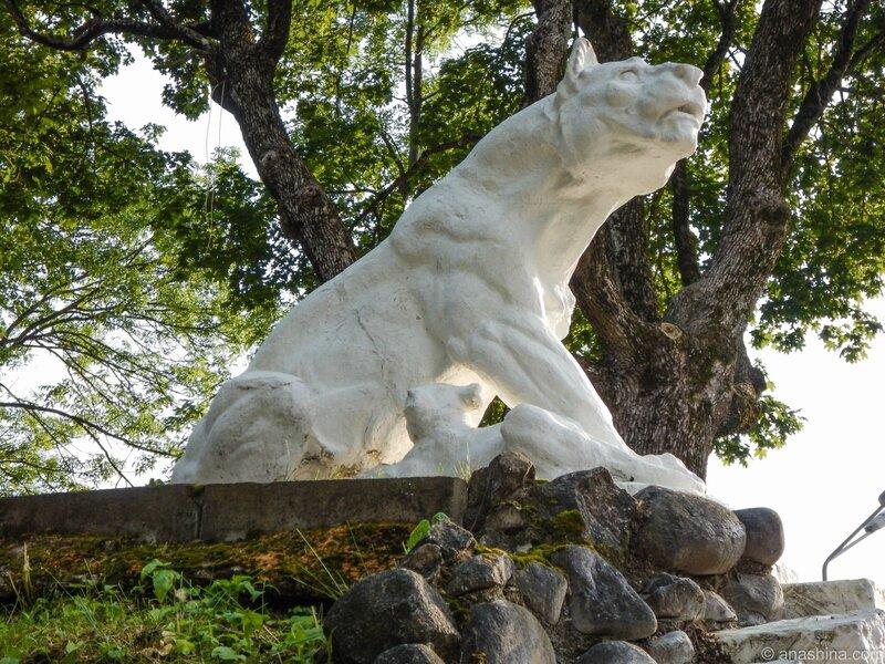 Статуя львицы над гротом, Лопатинский сад, Смоленск