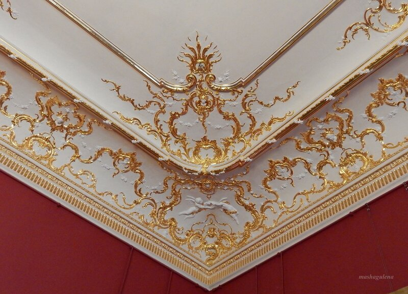 Угол потолка гостиной