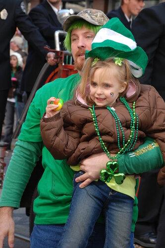 Мужчина с зелеными волосами с дочкой