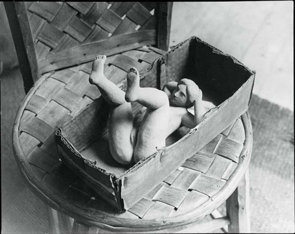 Фигурка лежащей женщины в мастерской Майоля