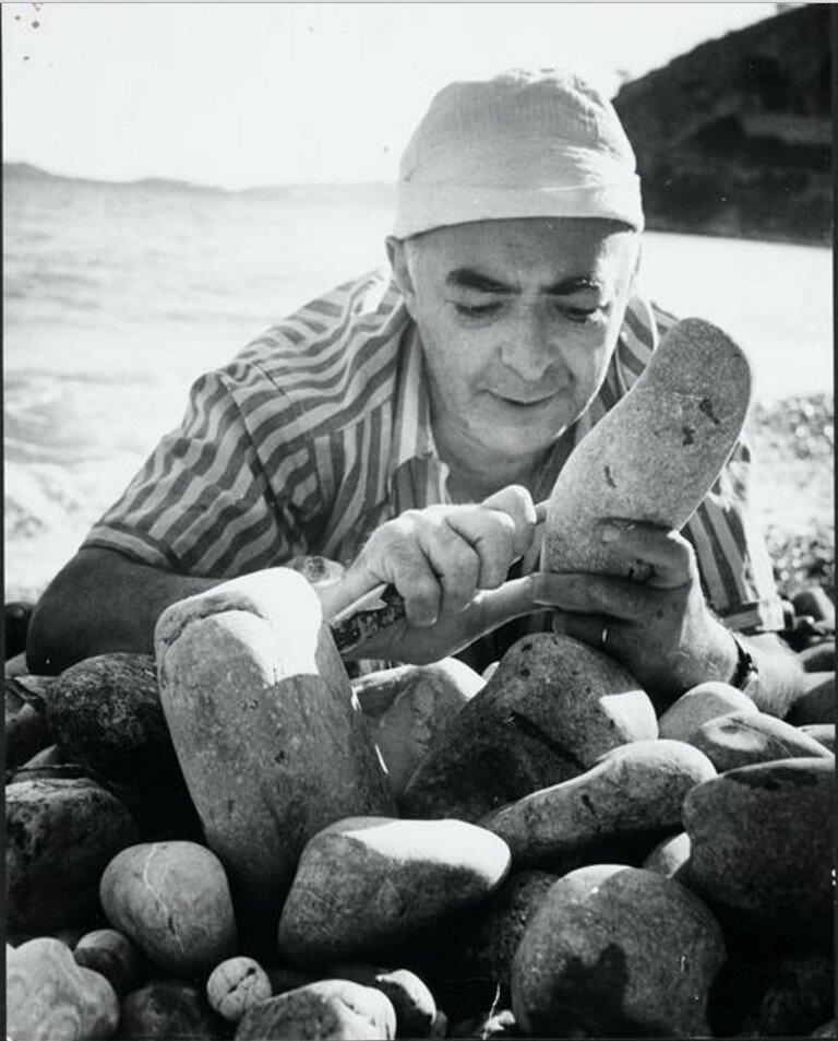 1947. Брассай делает скульптуру из гальки, пляж в Эзе