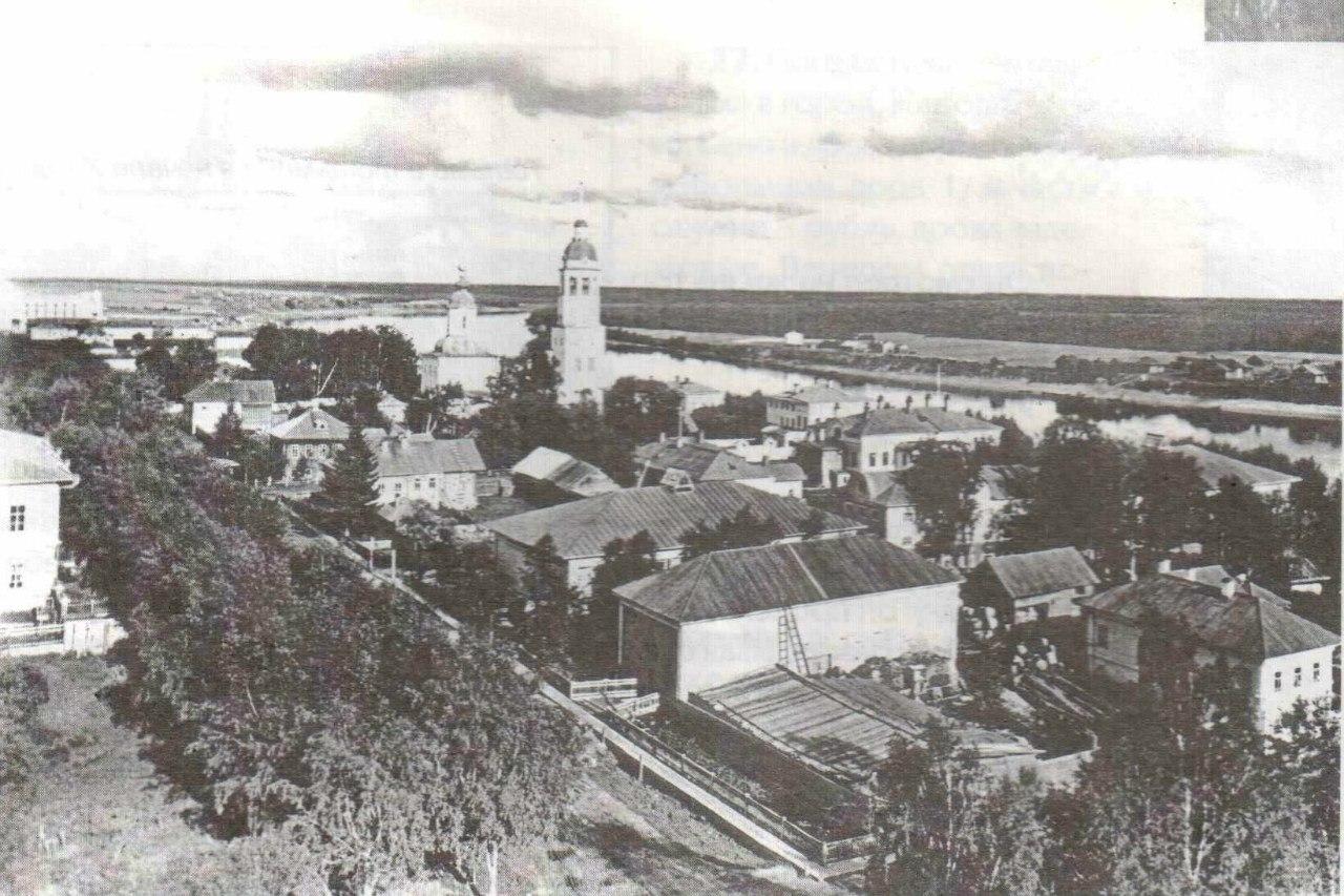 Вид с колокольни Казанской церкви на Красной горке на улицу Петропавловскую