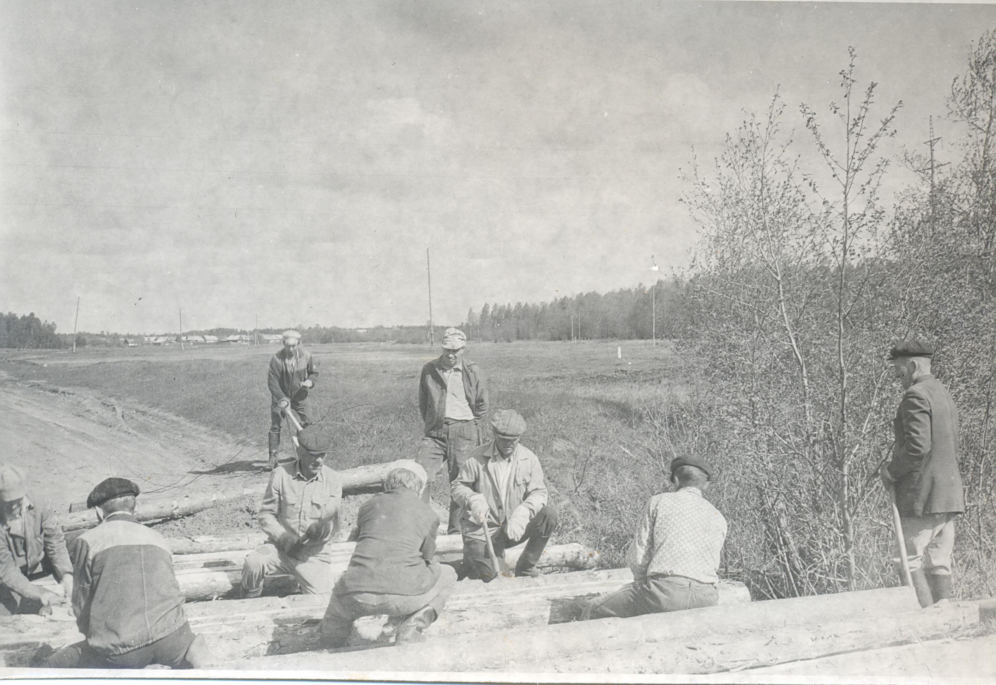 1970-е. Постройка мостика через ручей у Нового моста