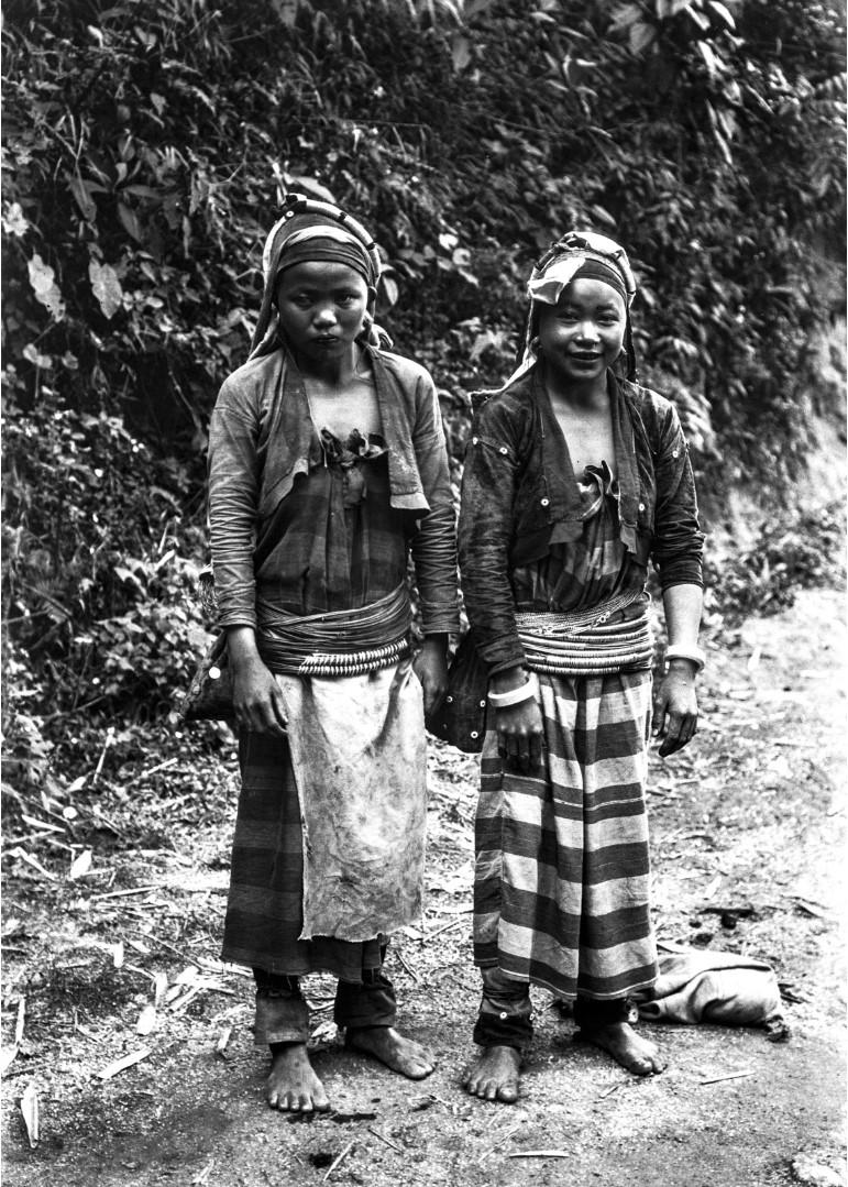 1105. Две девушки народности палаунг