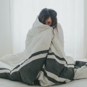 Девушка в одеяле
