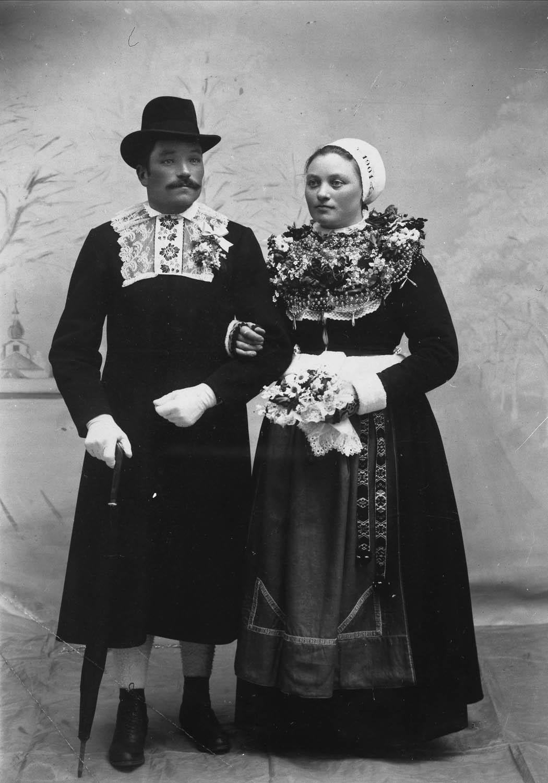Brudpar._Björs_Olle_Heden_och_Anbo_Kari,_Hästberg._Leksands_socken,_Dalarna_-_Nordiska_Museet_-_NMA.0041010.jpg
