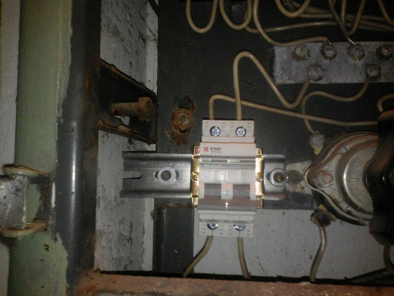 Установка несоразмерной DIN-рейки и её некрасивый вынос влево— за пределы панели этажного щита (ЭЩ).