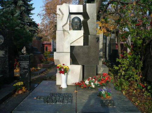 Памятник Никите Хрущеву от скульптора Эрнста Неизвестного на Новодевичьем кладбище