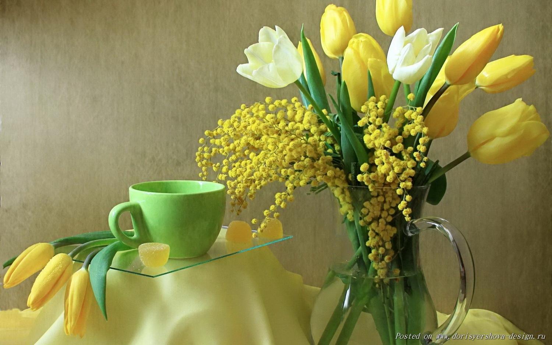 букет с мимозами и желтыми, белыми тюльпанами