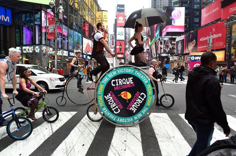 Клоуны на велосипедах, боевики на джипах и другие яркие фотографии о событиях в мире
