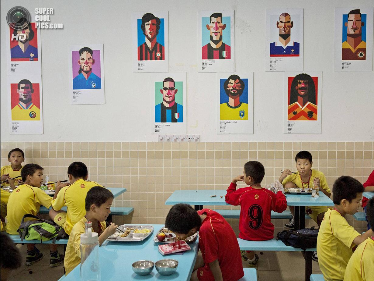 Китай. Цинъюань, Гуандун. 13 июня. Обед. (Kevin Frayer/Getty Images)