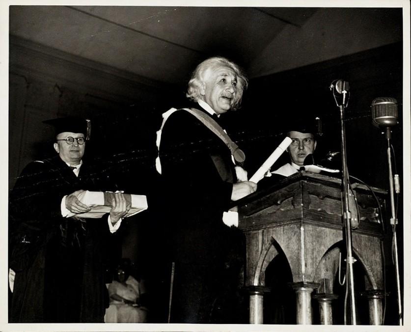 Всю оставшуюся жизнь Эйнштейн провел в Америке. Во время Второй мировой войны он предупредил правите