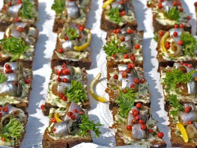 Салака— любимая рыба всех эстонцев. Она обычно подается соржаным хлебом, приправами исолеными огу