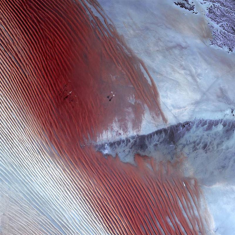 6. Точечные облака отбрасывают тени на Руб аль-Хали недалеко от границы между Саудовской Аравией и Й