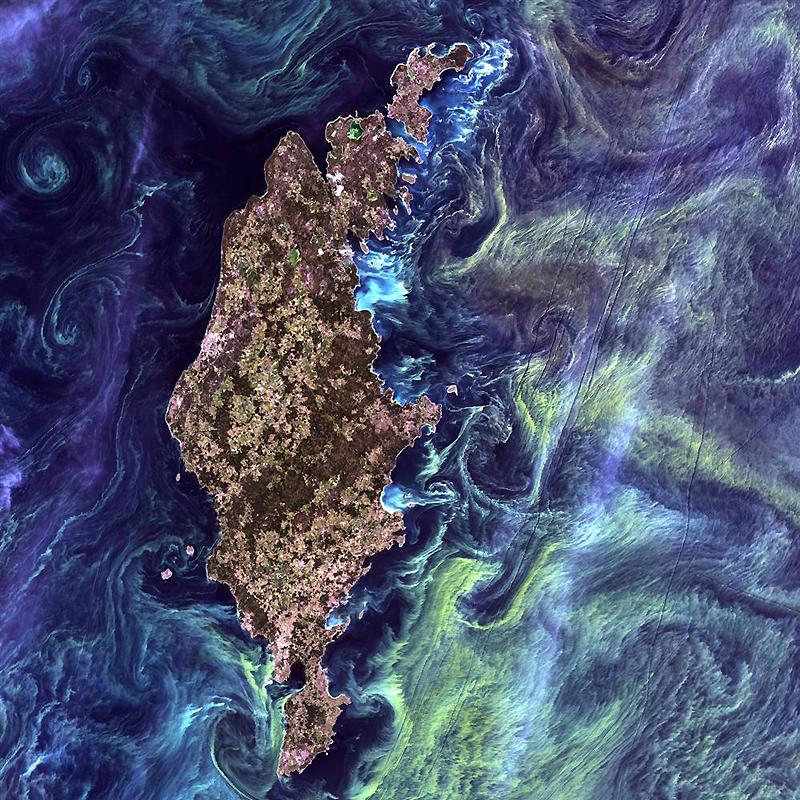 17. Фото в стиле картины Ван Гога «Звездная ночь», на котором изображены схождения зеленоватых вихре